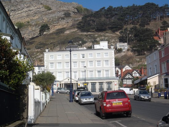 Empire Hotel Llandudno: view of hotel from the main street