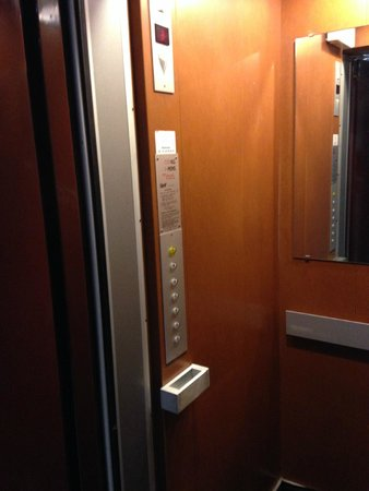 Hotel des Pavillons: the small elevator