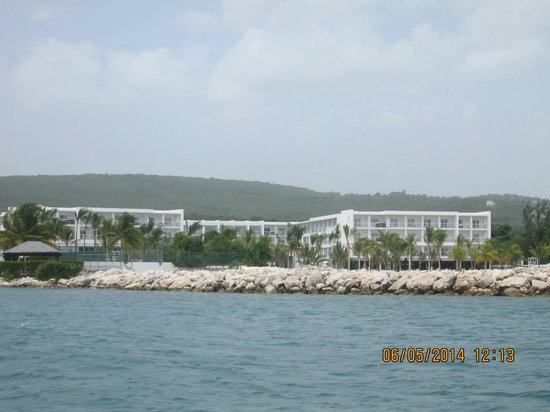Hotel Riu Palace Jamaica: view of the hotel from a boat