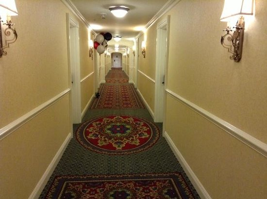 Wentworth by the Sea, A Marriott Hotel & Spa: pretty, well lit corridors