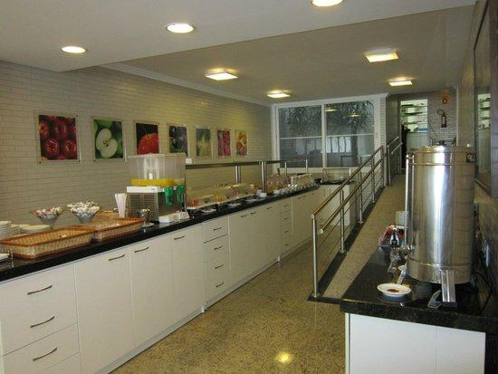 Hotel Confiance Inn Residence: Balcão do café da manhã