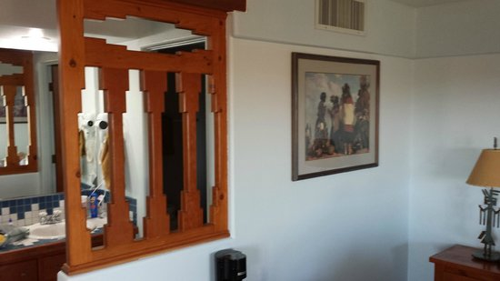 Cameron Trading Post Grand Canyon Hotel : Unique bathroom divider