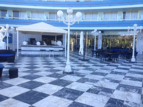 Mediterranean Palace Hotel: Outdoor terrace