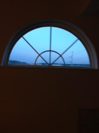 Country Inn & Suites by Radisson, Dubuque, IA : Window creating a problem