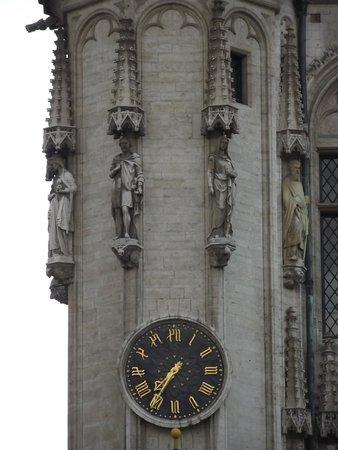 Town Hall (Hotel de Ville) : Relógio na fachada da prefeitura