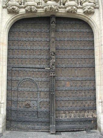 Town Hall (Hotel de Ville) : Portão principal da Stadhuis (prefeitura em flamengo) ou em francês Hôtel de Ville.