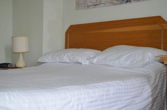 Slipway Hotel : The bed. Hmmm.