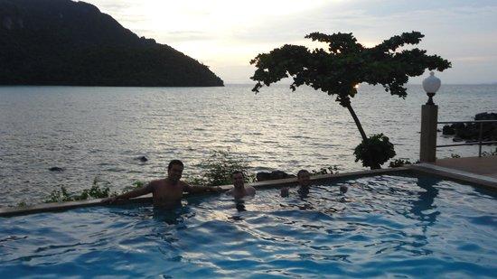 Phi Phi ViewPoint Resort : en la pileta