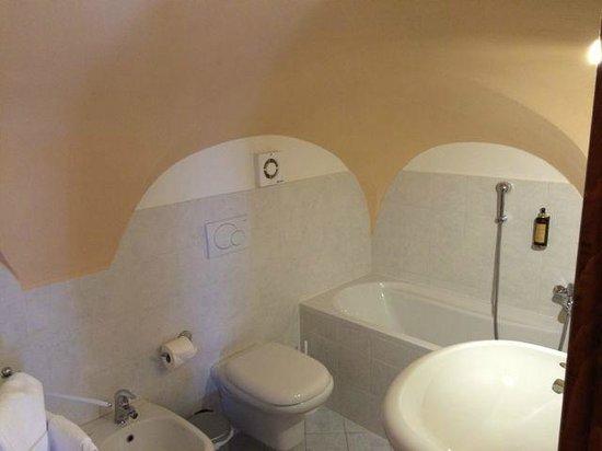 Albergo Milano: upstairs bath