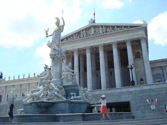 Vienna City Tours: Parlamento- Fonte de Pallas Atenas