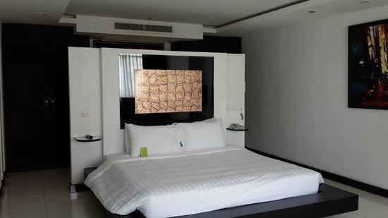 Amari Nova Suites Pattaya: 套房裡頭的臥房
