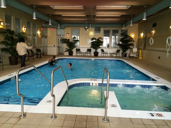 Hilton Richmond Downtown: Pool & Jacuzzi fitness room is to the left