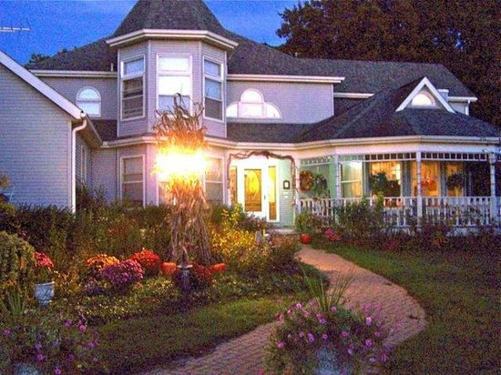 Cameo Rose Victorian Country Inn: Dusk at Cameo Rose