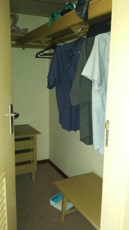Hotel Nacional: Não há armário, há um closet que é onde está o ar condicionado barulhento