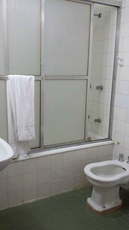 Hotel Nacional: Banheiro velho. Canos batem ao dar descarga.