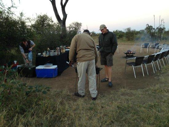 Tintswalo Safari Lodge: Cocktails for sundown in Bush