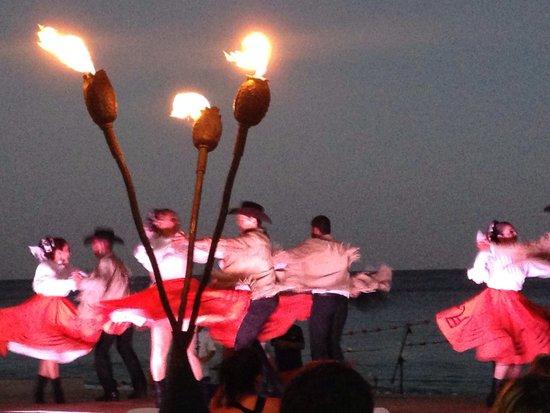 Baja Cantina Beach Club: Moonlit entertainment.