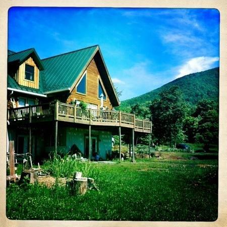 Cedar Post Inn Bed & Breakfast: the b&b is in a beautiful wooden house