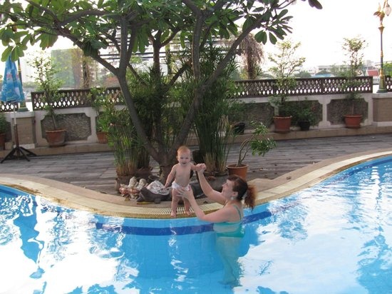 New Siam Riverside Guest House: Малышке нравится