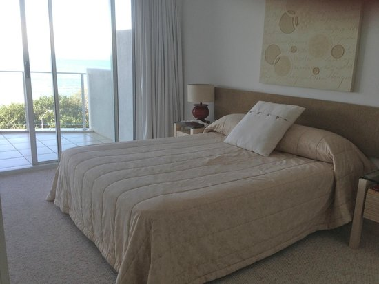 Tingeera Luxury Beachfront Apartments: Master bedroom w/queensize bed