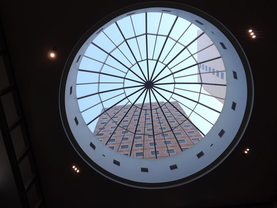 Hyatt Regency Bellevue: beautiful lobby skylight