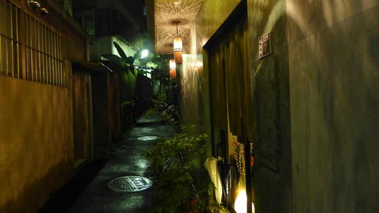 Solo Singer Hotel : entrance from a secret alley