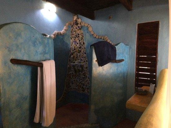 Cabanas La Luna: casablanca shower