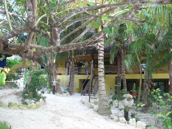 Cabanas La Luna: la luna reception and to the left restaurant in same building
