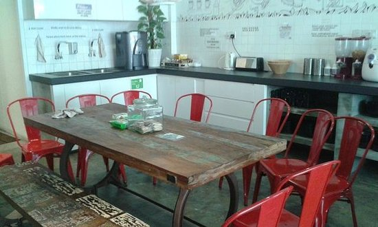 Central 65 Hostel: Dining area