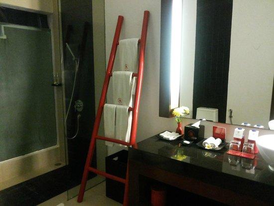 Kamar Kamar Rumah Tamu : Bathroom with cute ladder for towel hanger