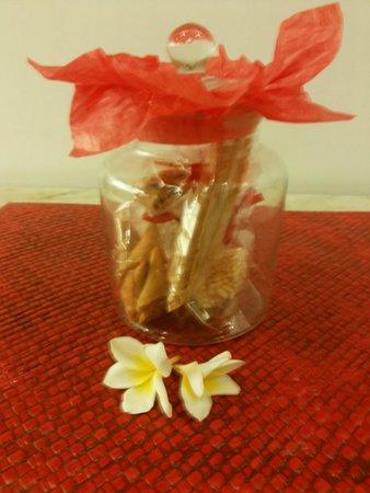 Kamar Kamar Rumah Tamu: A jar of complimentary welcome snacks
