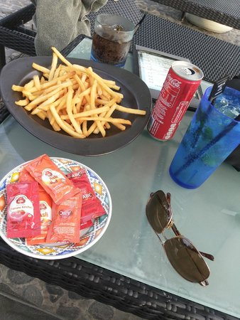 Melia Bali Indonesia: Snacks by the pool (happy hour, yaay!!)