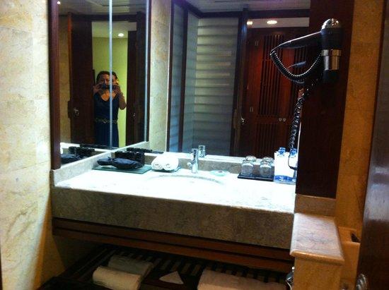Melia Bali Indonesia: Standard hotel bathroom