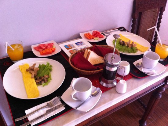 Kamar Kamar Rumah Tamu: Our breakfast, simple but nice