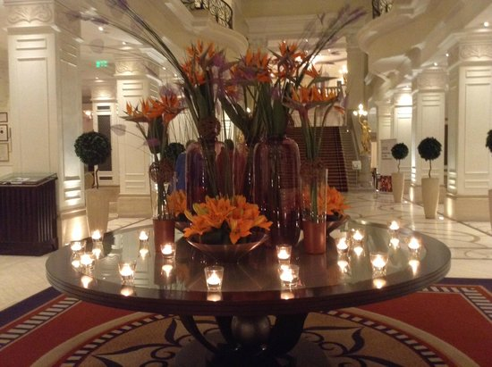 Corinthia Hotel Budapest : Flowers in the lobby