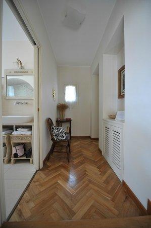 La Locandiera: Hallen i Suite Pietra..badrummet t höger