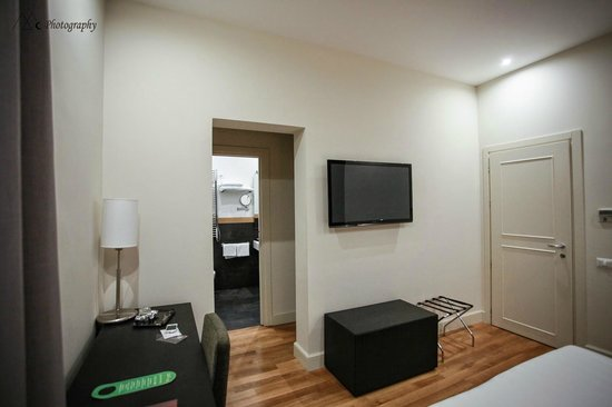 Rhome Terminal: Room with Flat TV & refrigirator