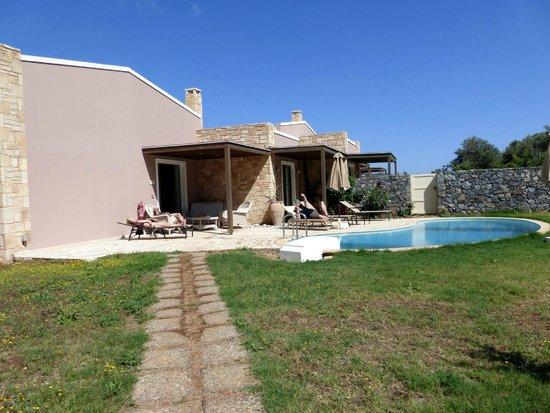 Filion Suites Resort & Spa : Cretan Villa's garden & pool