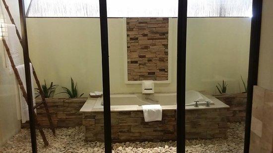 Bluewater Maribago Beach Resort : bathtub in the room