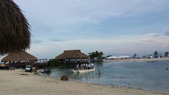 Bluewater Maribago Beach Resort: Beach daw