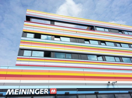 MEININGER Hotel Berlin Airport: Front view of the hotel