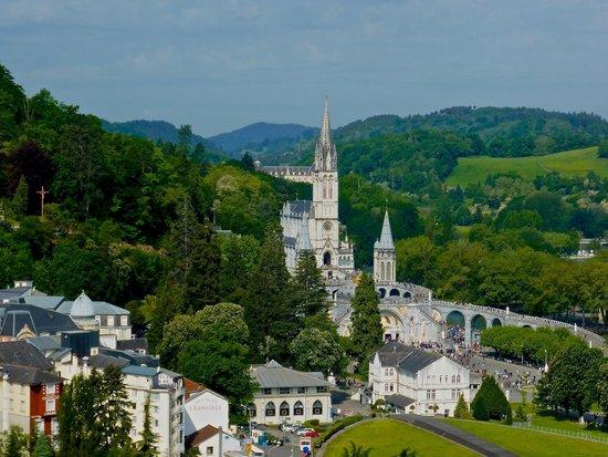 Sanctuaire Notre Dame de Lourdes : Photo taken of the Basilica from Lourdes Castle