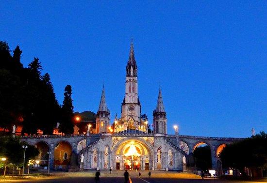 Sanctuaire Notre Dame de Lourdes : Bsilica at night
