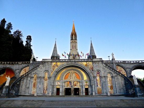Sanctuaire Notre Dame de Lourdes : Basilica early morning