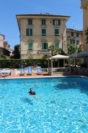Hotel Parma e Oriente: Pool ( the building in background is not part of the hotel)