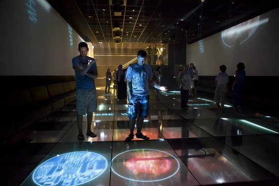 The Levinson Visitors Center : Playing with the beams of light in the main hall