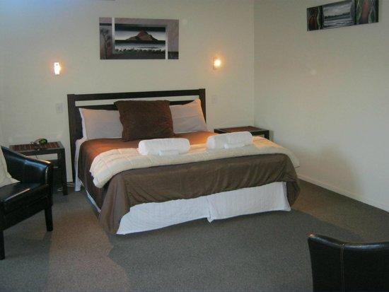 Tairua Shores Motel : Beautiful elegant bedroom!!