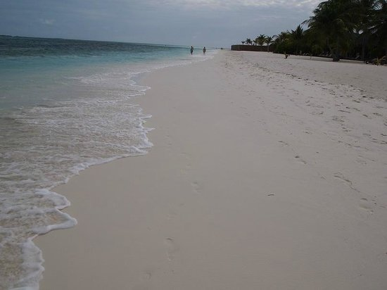 Kuredu Island Resort & Spa : A long beautiful beach with white sand and clear water