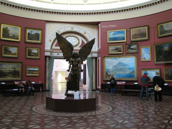 Birmingham Museum & Art Gallery: недалеко от входа