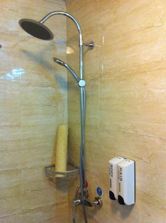 Shanghai Fish Inn Bund: Clean shower with shampoo and soap